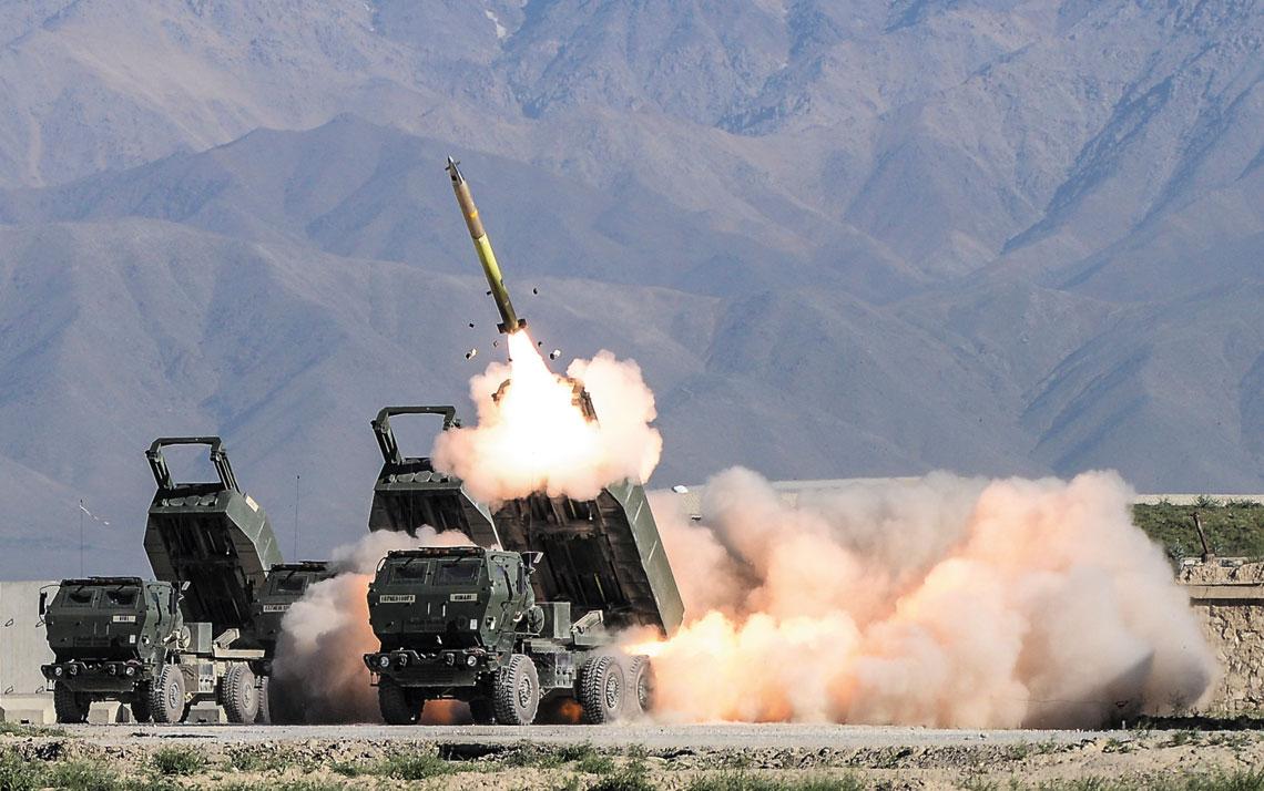 Efektowne ujęcie wyrzutni systemu HIMARS podczas bojowego odpalenia pocisku kierowanego GMLRS.