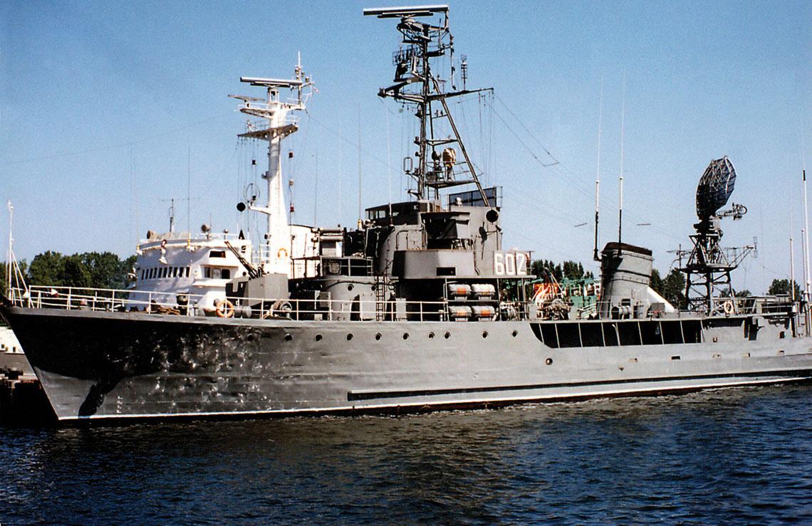 ORP Tur w porcie na Oksywiu. Widoczne zamontowane w latach 80. radar nawigacyjny SRN-7453 Nogat i wyrzutnia celów pozornych Przepiórka. Fot. RADWAR