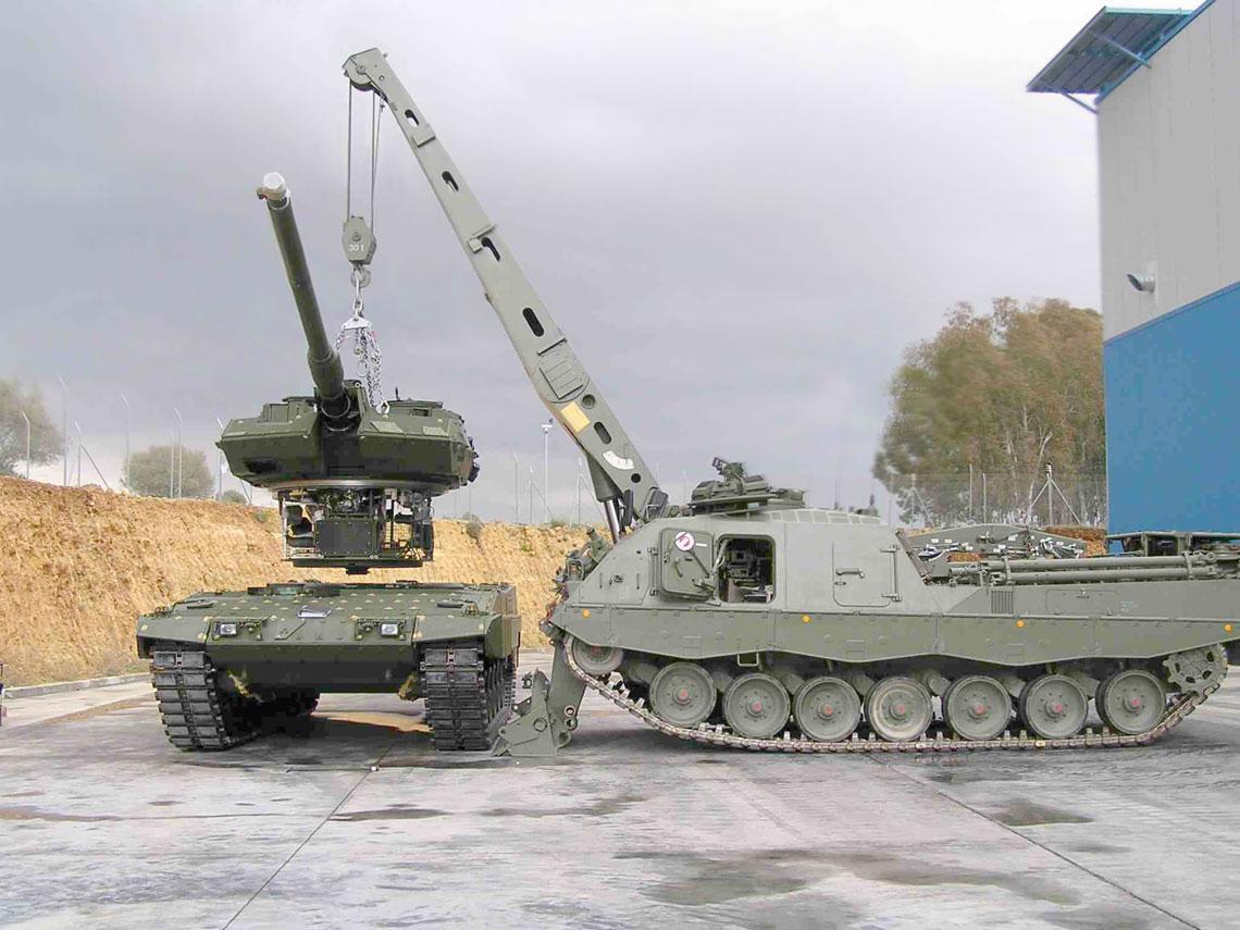 Tylko wyposażenie, którym dysponuje wóz zabezpieczenia technicznego Bergepanzer 3/ARV 3 zapewnia możliwość obsługi wpełnym zakresie czołgów Leopard 2, wszczególności wersji A5, A6 iA7, które zracji dodatkowego opancerzenia mają masę przekraczającą 60 ton. Na zdjęciu ARV 3 podnosi wieżę Leoparda 2A6.