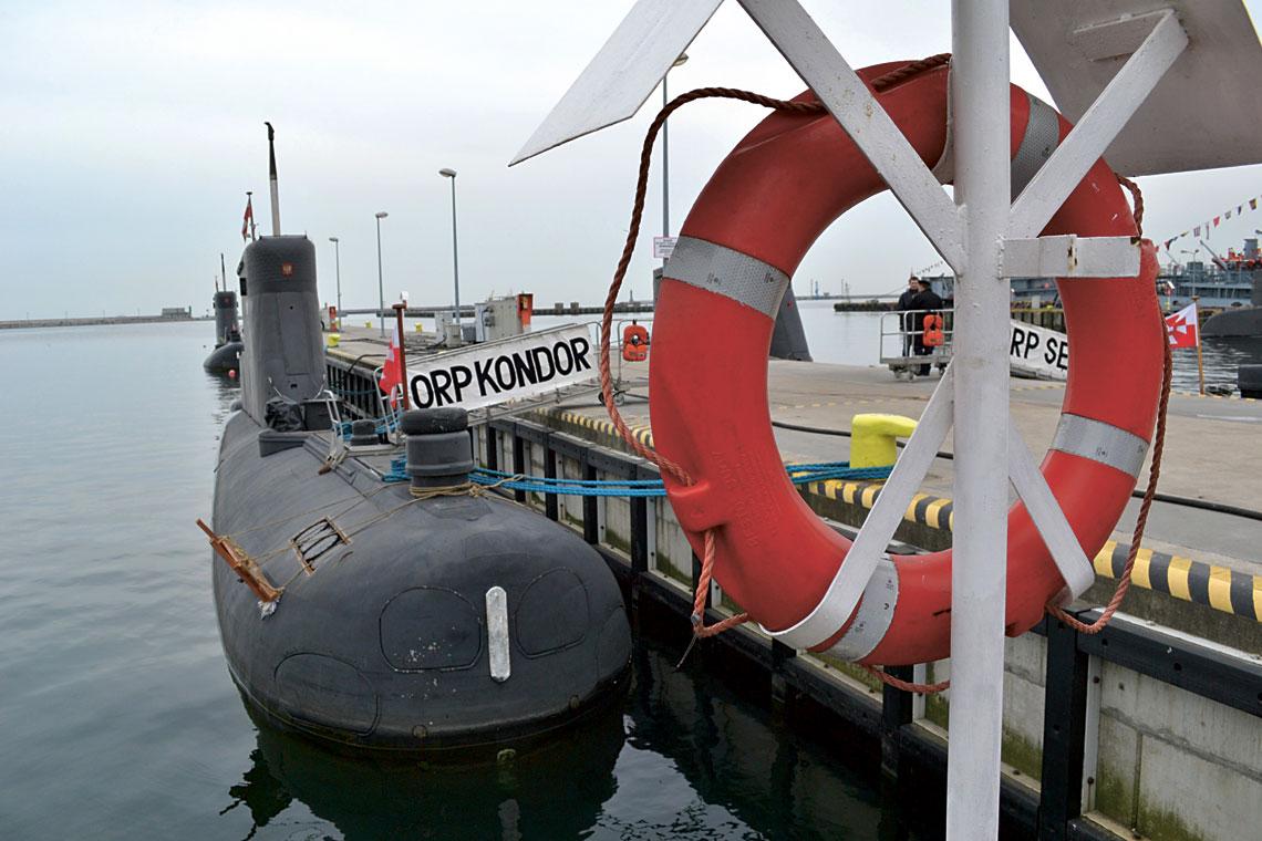 Orka, Miecznik i Czapla dryfują na mieliznę. Ratowanie załóg wycofywanych Kobbenów ma być pretekstem do wypożyczenia jednego lub dwóch używanych okrętów podwodnych z jednej z flot sojuszniczych.