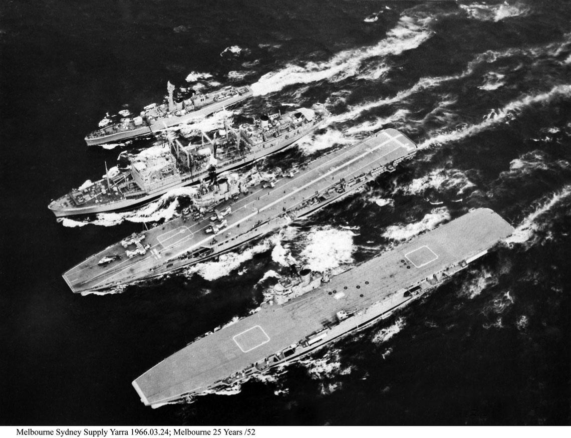 Lotniskowce Australii. Melbourne 24 marca 1966 r. odpływa w towarzystwie Sydney (na pierwszym planie), tankowca Supply i fregaty Yarra.