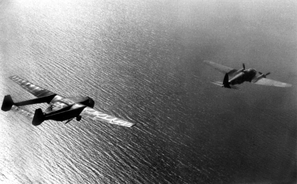 Gotha Go 242 Go 244. Szybowiec Gotha Go 242 A-1 holowany przez bombowiec Heinkel He 111 H nad Morzem Śródziemnym.