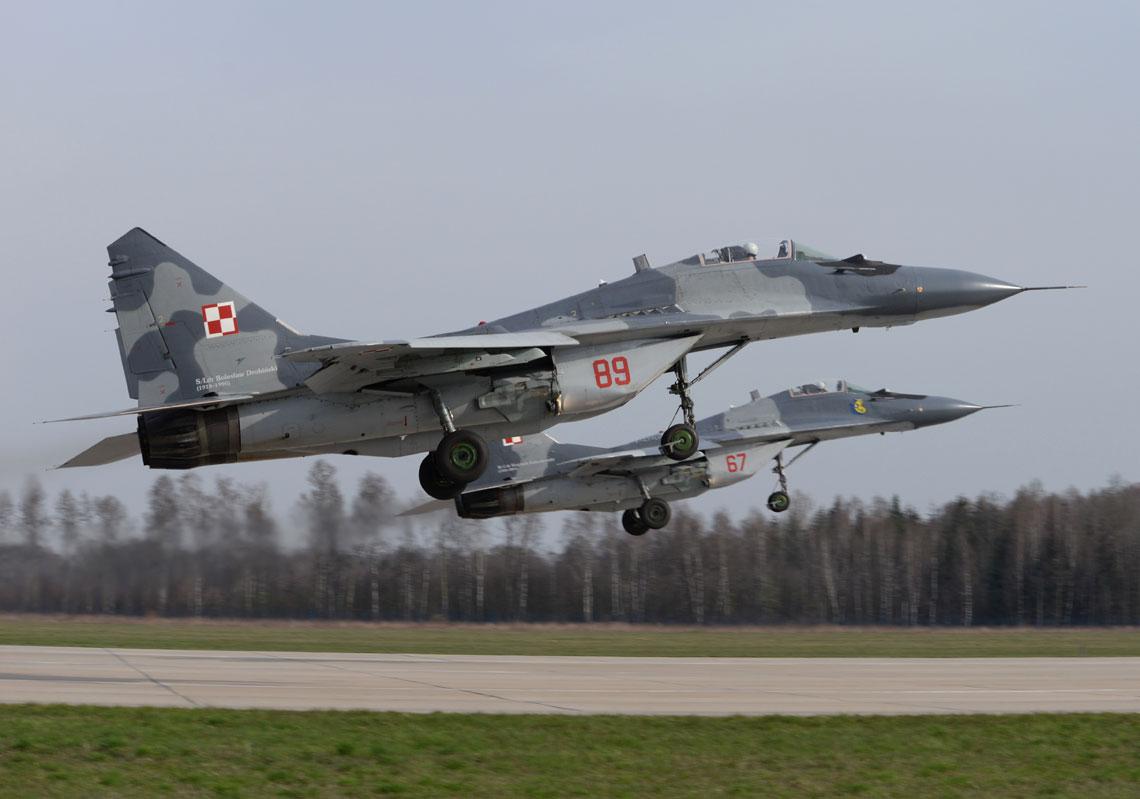 MiG-29 osłaniają śmigłowce bojowe