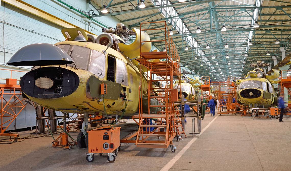 Wielozadaniowe śmigłowce transportowe Mi-8MTW-5-1 przeznaczone dla Ministerstwa Obrony Federacji Rosyjskiej w hali montażu końcowego w zakładzie w Kazaniu.