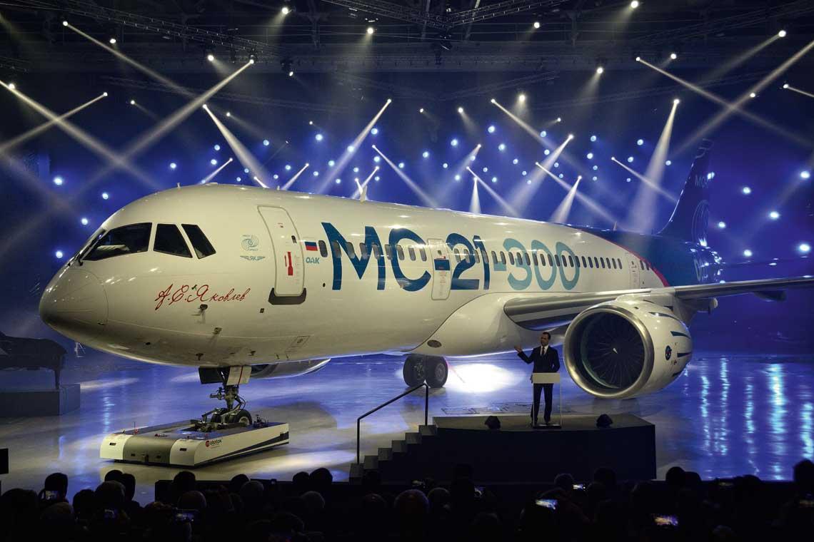 Rosyjski premier Dmitrij Miedwiediew prezentuje MC-21-300, pierwszy duży samolot pasażerski w Rosji od ćwierć wieku, zktórym Rosjanie chcą konkurować z najpopularniejszymi na świecie Airbus A320 i Boeing 737. Fot. Piotr Butowski
