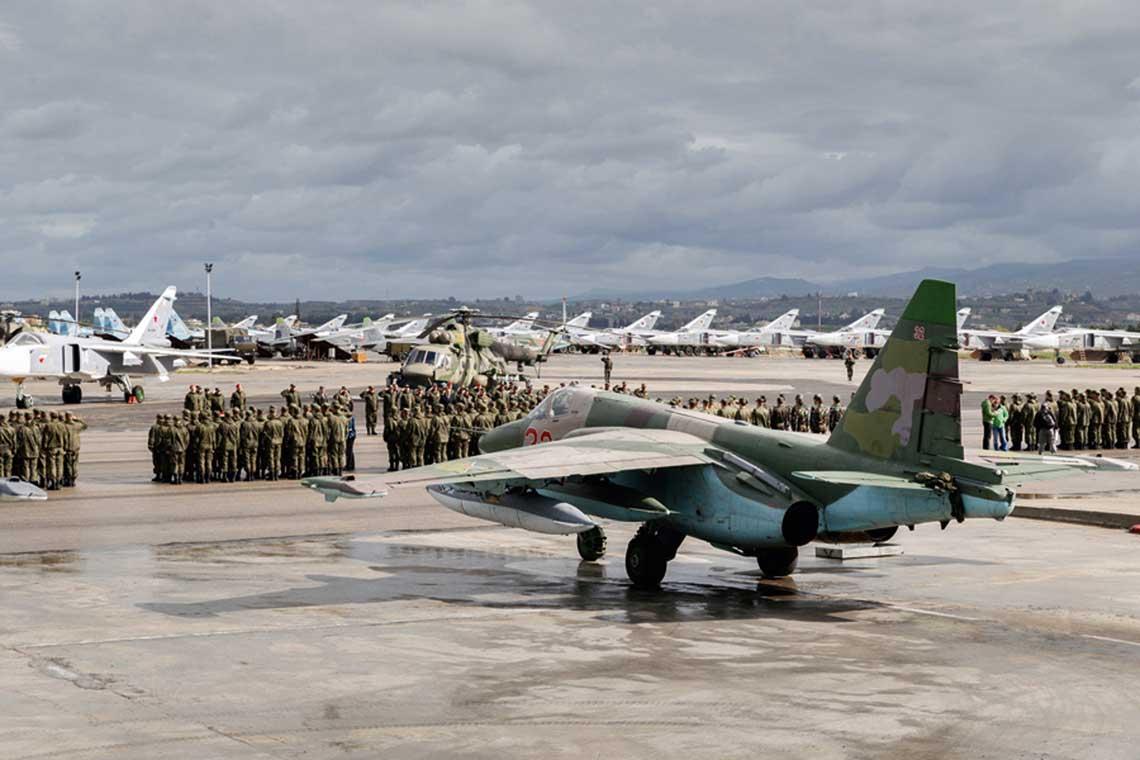 Wycofanie części sił Rosyjskiego Kontyngentu Wojskowego z Syrii odbywało się z wielką pompą. W tle widoczny śmigłowiec transportowo-bojowy Mi-8AMTSz Terminator. Fot: MO FR