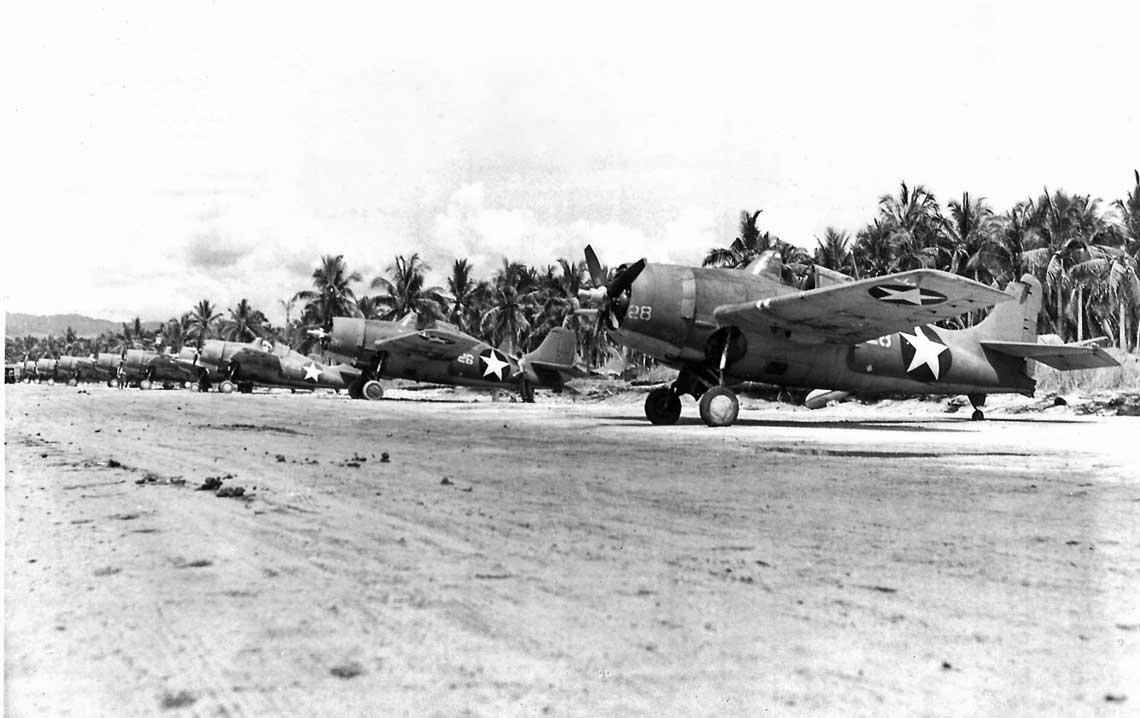 F4F Wildcat – pierwszy rok na Pacyfiku. Wildcaty zaparkowane na skraju pasa startowego Fighter 1 na Guadalcanalu.