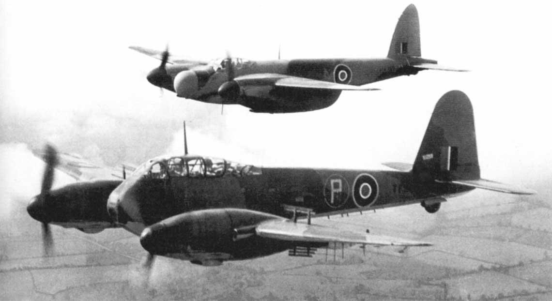 Nocny myśliwiec Mosquito NF.XVII w trakcie prób porównawczych z samolotem myśliwsko-bombowym Messer- schmitt Me 410. Był to Mosquito NF.XII z amerykańskim radarem SCR-520 (zbudowano 100 sztuk).