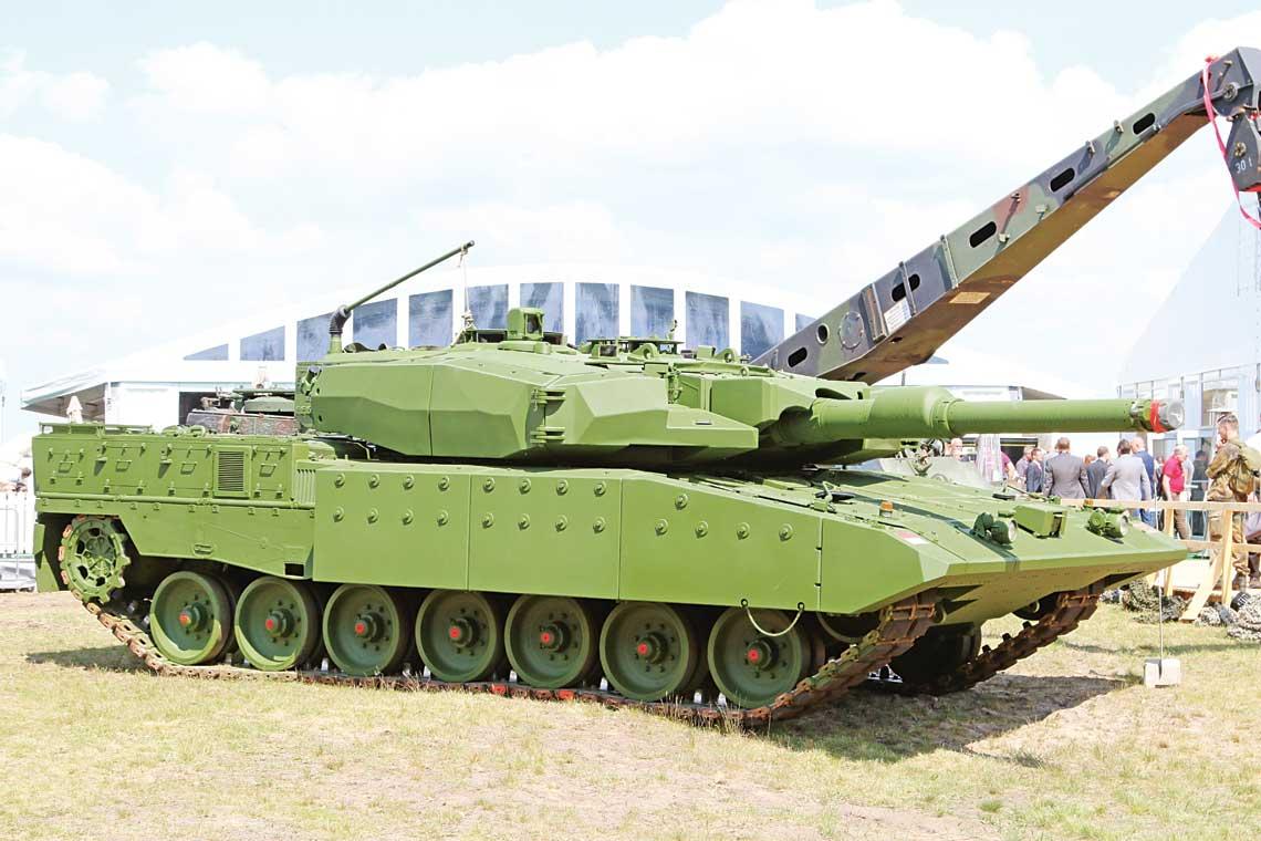 Leopard 2RI otrzymał m.in. zasadniczo wzmocniony pancerz, napędy elektryczne w miejsce hydraulicznych, pomocniczą jednostkę napędową i klimatyzację. Urządzenia obserwacyjno-celownicze pozostały te same.