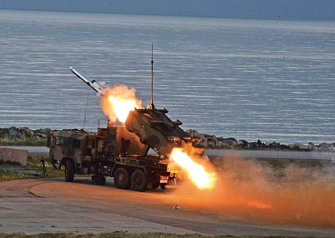 """NSM Live Missile Firing. Druga z odpalonych w czasie NLMF16 """"polskich"""" rakiet opuszcza wyrzutnię MLV."""