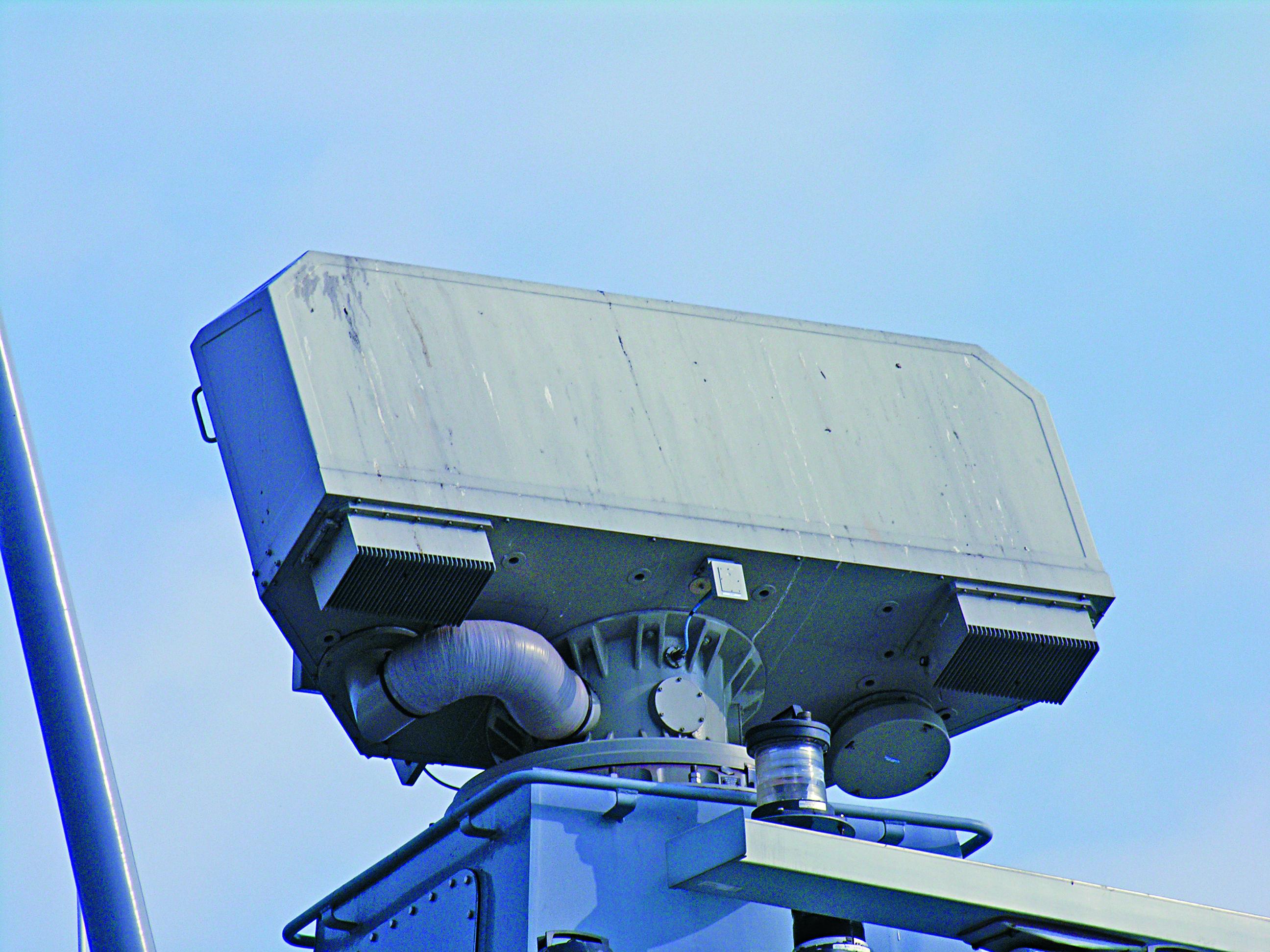 Antena radaru Sea Giraffe AMB jest na tyle zwarta i lekka, że bez problemu może być instalowana na szczytach masztów nawet niewielkich jednostek pływających.