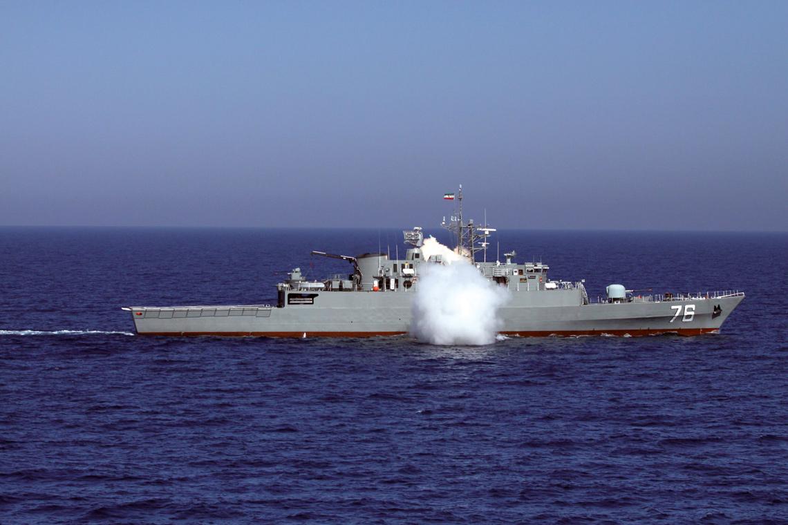 """Jeden z irańskich """"niszczycieli"""" – Jamaran – odpala pocisk przeciwokrętowy No'or w trakcie ćwiczeń. IRIN stara się też działać """"zamorsko"""". W kwietniu bieżącego roku wysłała 39. Flotyllę na czele z fregatą Alvand na Ocean Indyjski, by wziąć udział w ceremoniach z okazji dnia niepodległości Indii. W tym samym czasie oddelegowano 40. Flotyllę do działań antypirackich w Zatoce Adeńskiej. W jej skład wchodzi okręt logistyczny Tunb i fregata Alborz."""