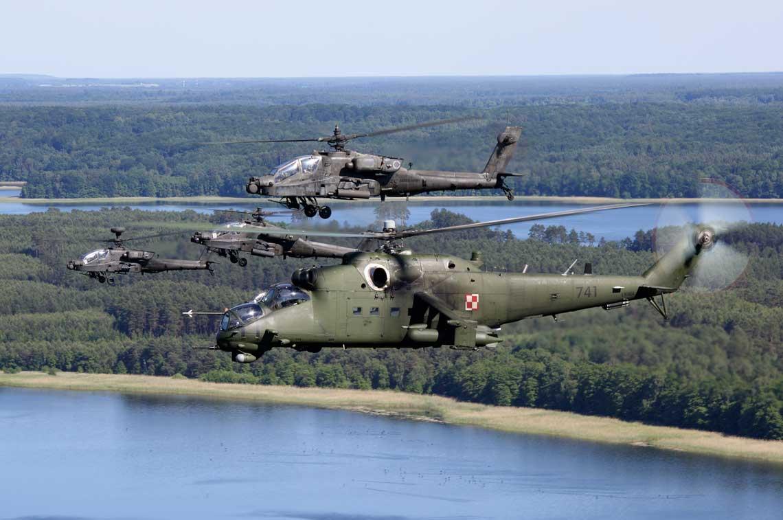 """Lotniczy wymiar ćwiczenia """"Anakonda-16"""". Polskie śmigłowce bojowe Mi-24W oraz amerykańskie AH-64D Apache wykonywały swoje zadania bojowe głównie na poligonie Centrum Szkolenia Wojsk Lądowych Drawsko"""