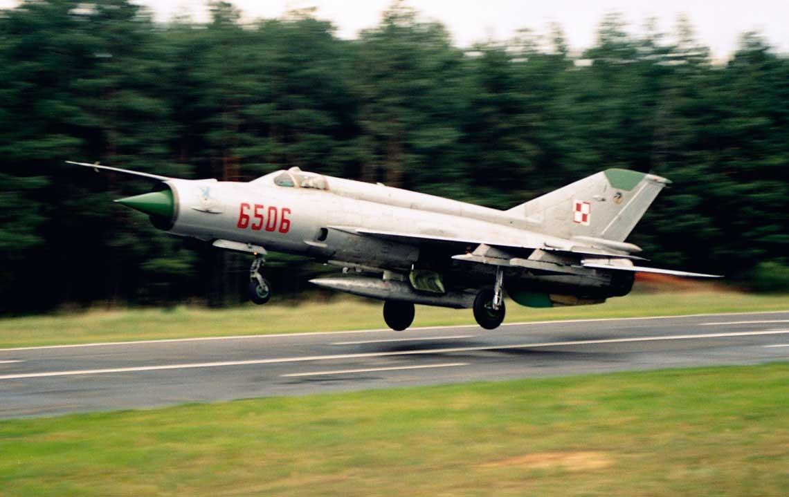 MiG-21 były najliczniejszym typem odrzutowego samolotu bojowego w polskim lotnictwie wojskowym. Na zdjęciu MiG-21MF startuje z drogowego odcinka lotniskowego. Fot. Robert Rochowicz