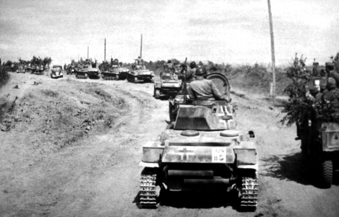 Kolumna węgierskich czołgów lekkich 1938 M Toldi I na ukraińskiej drodze, latem 1941 r.