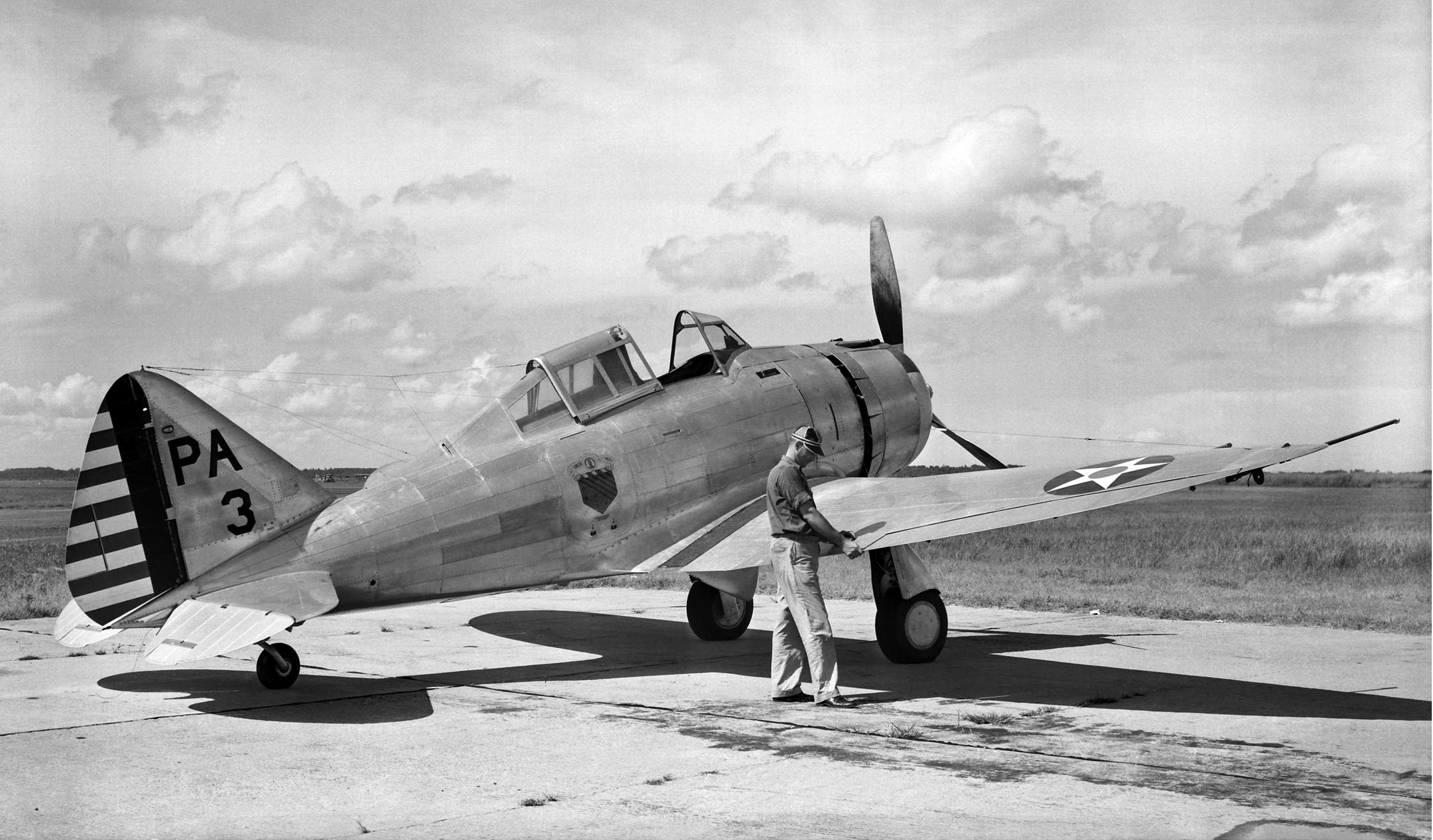 Samolot myśliwski P-35 nr 3 (s/n 36-397) z 1st Pursuit Group podczas prób w NACA wiosną 1939 r. P-35 był pierwszym seryjnym amerykańskim myśliwcem w układzie wolnonośnego dolnopłata o całkowicie metalowej konstrukcji, z zakrytą kabiną i chowanym podwoziem.