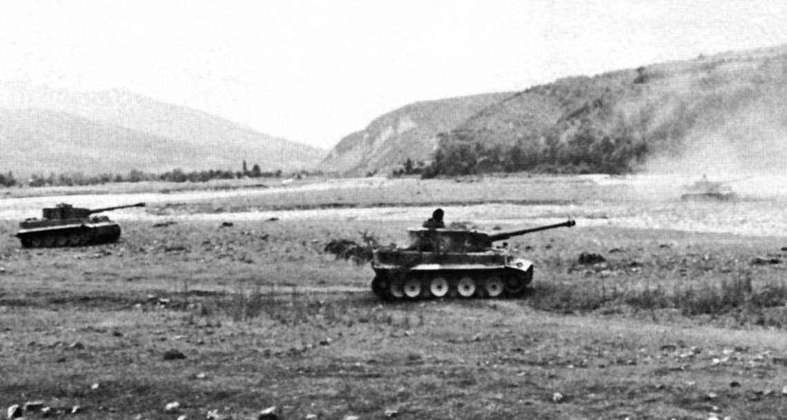 Węgierskie czołgi ciężkie Tygrys w czasie ćwiczeń w maju 1944 r. Widać zarówno wczesny (na pierwszym planie), jak i późniejszy wariant czołgu Tygrys I E.