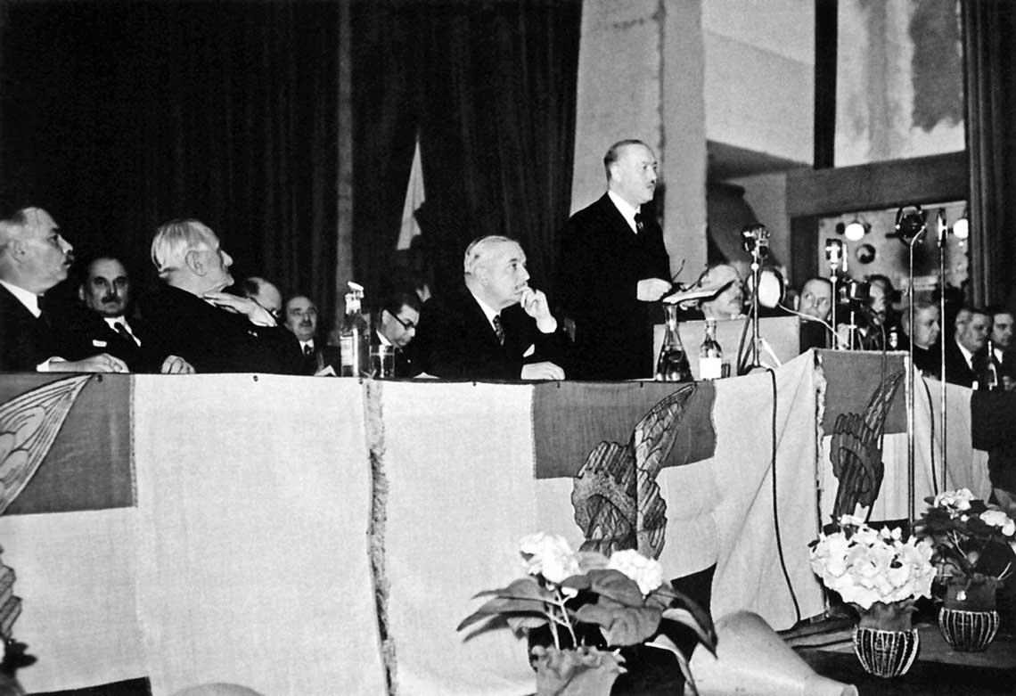 5 marca 1938 r. na zjeździe partyjnym w Győr ogłoszono remilitaryzację Węgier. Warto zwrócić uwagę na sztandary Węgierskiej Partii Narodowej (Nemzeti Egység Pártja), świadczące o sojuszu ludu pracującego miast i wsi: widnieje na nich kłos zboża i koło zębate.