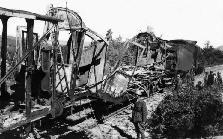 W lipcu 1941 r. na terenie Niepodległego Państwa Chorwackiego rozpoczął działania zbrojne partyzancki ruch oporu. Na zdjęciu: włoscy żołnierze zabezpieczają zniszczony transport kolejowy.