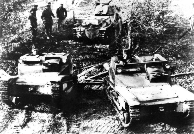 Niepodległe Państwo Chorwackie nie miało własnych wojsk pancernych. Faktycznie jednak posiadało opancerzone wozy bojowe, dostarczone przez Niemców i Włochów z sił okupacyjnych.