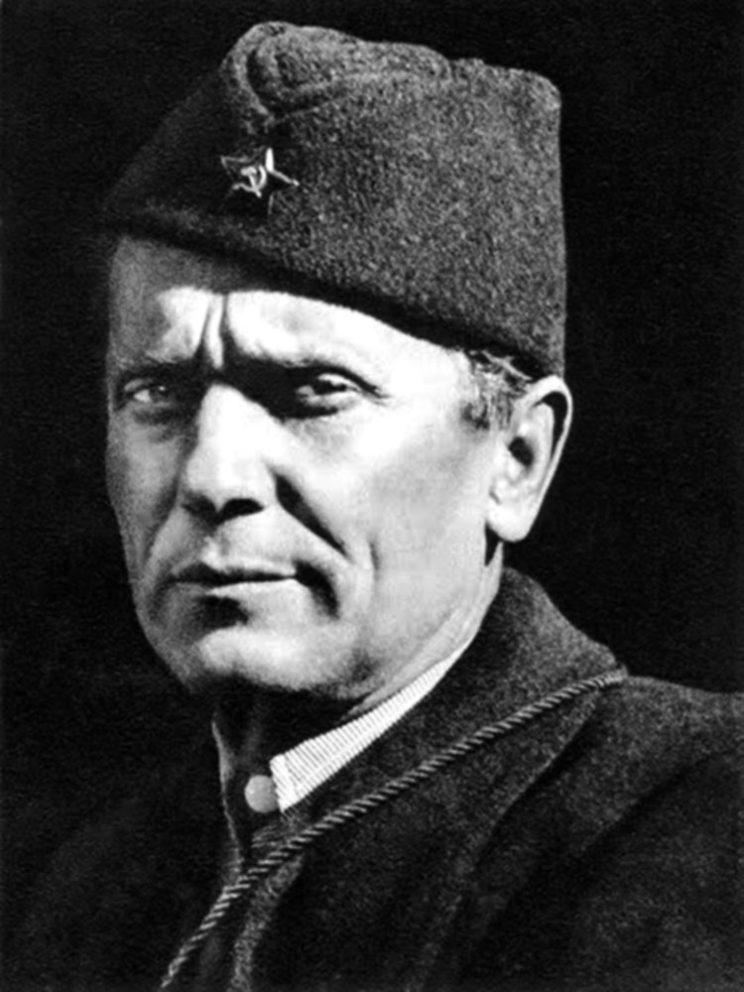 Josip Broz Tito (1892-1980) podczas II wojny światowej zorganizował antyfaszystowski ruch oporu, znany jako Partyzanci Jugosławii. Od 1943 r. marszałek, naczelny dowódca armii jugosłowiańskiej.
