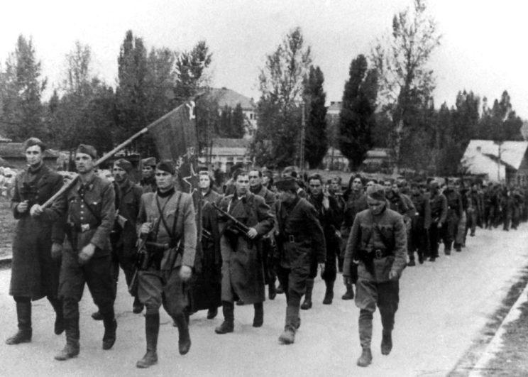 Do wiosny 1943 r. jugosłowiańscy partyzanci zdołali odtworzyć swoje oddziały (na zdjęciu 1. Proletariacka Brygada w marszu). Również Niemcy nieco uzupełnili swoje siły i środki.