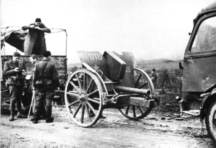 """Operacja """"Fall Schwarz"""" trwała od 15 maja do 15 czerwca 1943 r., kiedy to siły partyzanckie przedarły się na północ przez niemieckie wojska, forsując rzekę Sutjeska."""