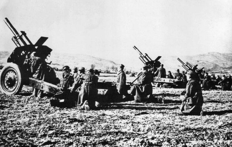 Na przełomie 1944 i 1945 r. Josip Broz Tito zreorganizował swoje siły, tworząc 800-tysięczną regularną armię. Na zdjęciu artyleria 20. Dalmatyńskiej Dywizji.