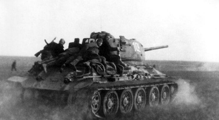 Do końca kwietnia 1945 r. całe terytorium powojennej Jugosławii zostało wyzwolone, głównie przez siły partyzanckie Josipa Broz Tito. Na zdjęciu czołg T-34/85 z 2. Brygady Pancernej.