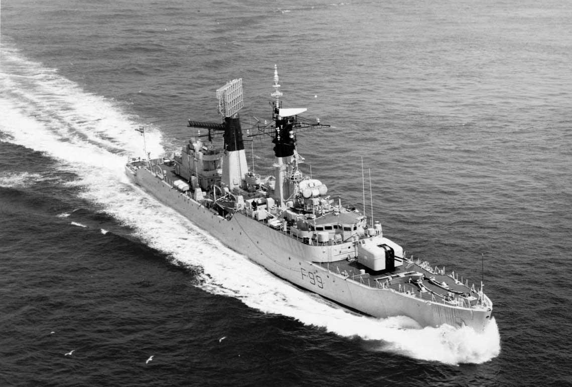 Fregata Lincoln typu 61 idąca z wysoką, zbliżoną do maksymalnej prędkością. Okręt jest po modernizacji, wyraźnie widać dominującą nad całą sylwetką dużą antenę radaru dalekiego zasięgu typu 965 AKE-2 na maszcie rufowym. Fot. Crown Copyright