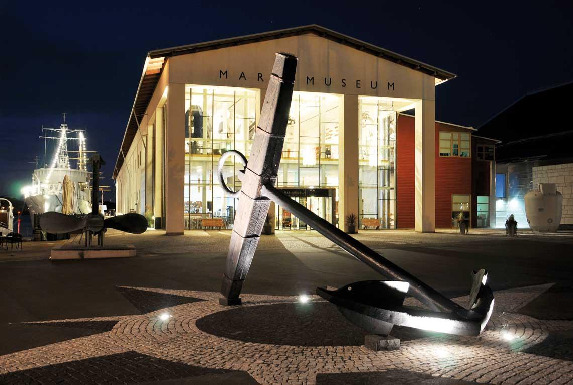 Marinmuseum w Karlskronie warto obejrzeć nawet nocą. Fot. Marcin Chała