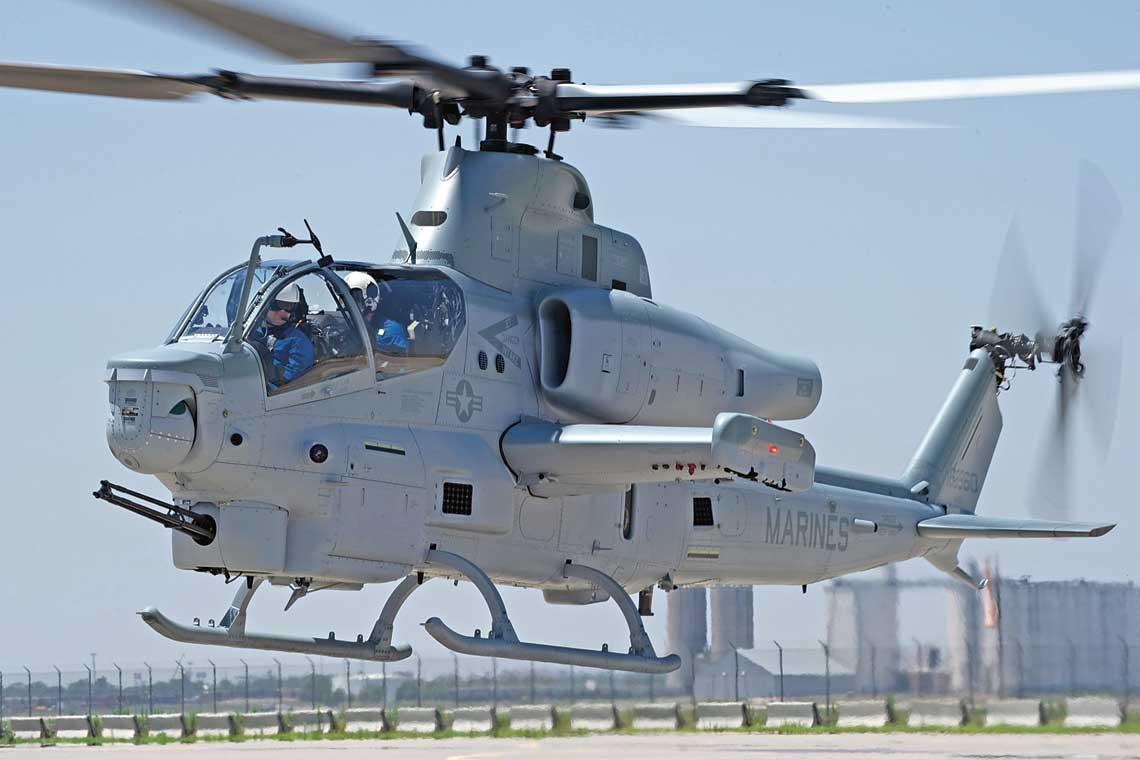 Nowo wyprodukowany AH-1Z Viper w czasie lotu testowego na lotnisku zakładów Bell zlokalizowanych w Amarillo w Teksasie.