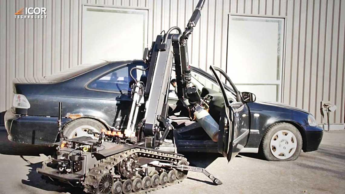 MK4 wyciąga podejrzany ładunek z samochodu. Robot ten został stworzony w dużej mierze z myślą o neutralizowaniu samochodów-pułapek.