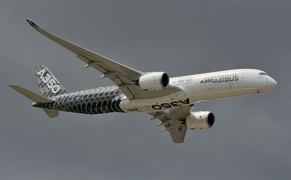 Najnowsza produkcja Airbusa, szerokokadłubowy samolot dalekiego zasięgu A350-900. Richard Branson, charyzmatyczny właściciel Virgin Atlantic zamówił w Farnborough dwanaście samolotów w dłuższej 350-miejscowej wersji A350-1000.