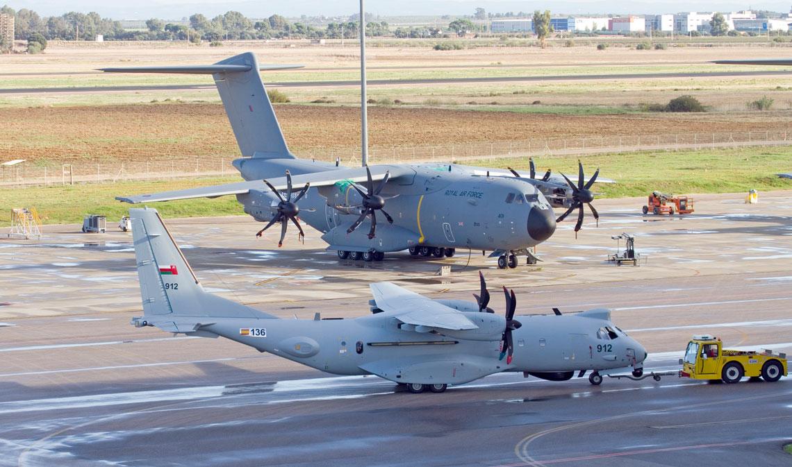 Brytyjski Atlas C.1 ZM401 i omański patrolowy C295MPA na lotnisku fabrycznym Sevilla San Pablo.