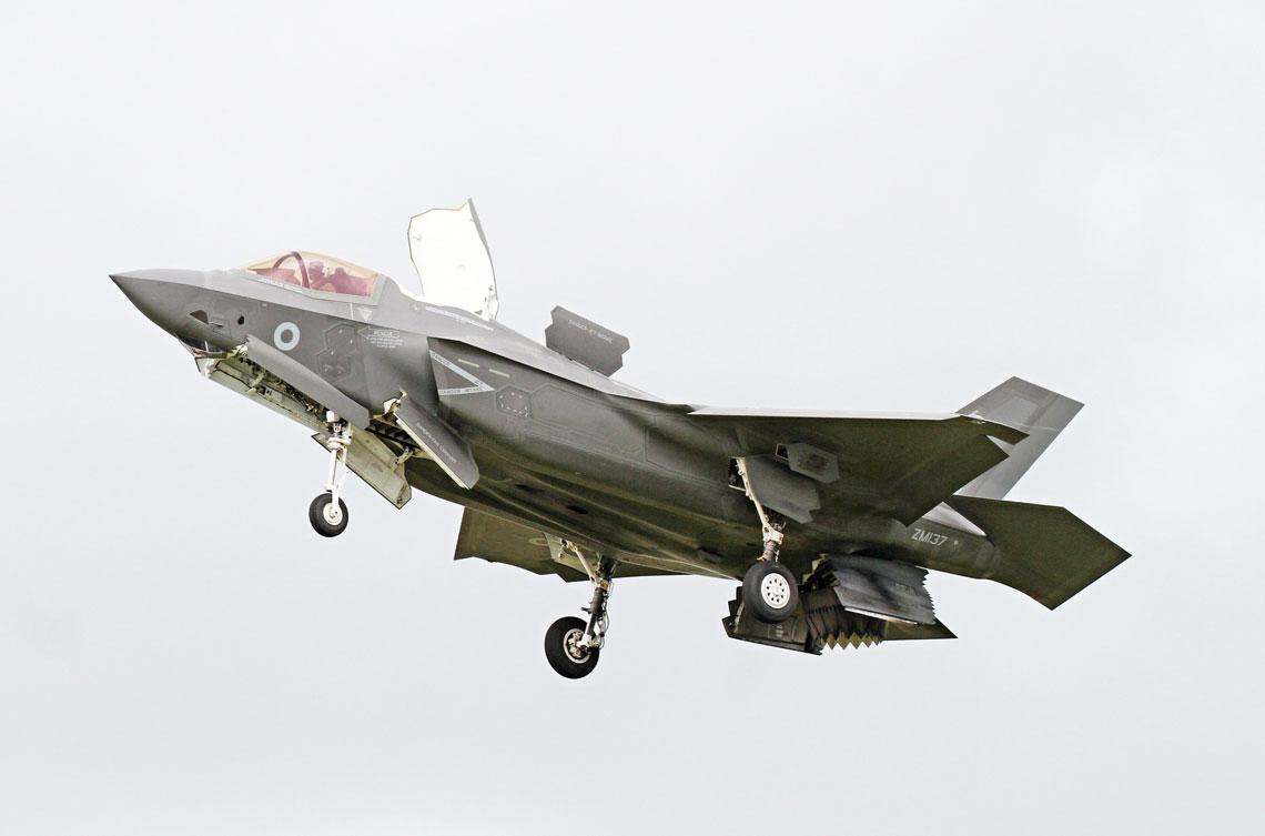 Niekwestionowanymi gwiazdami tegorocznego FIA były samoloty F-35. Na zdjęciu pierwszy brytyjski F-35B w zawisie.