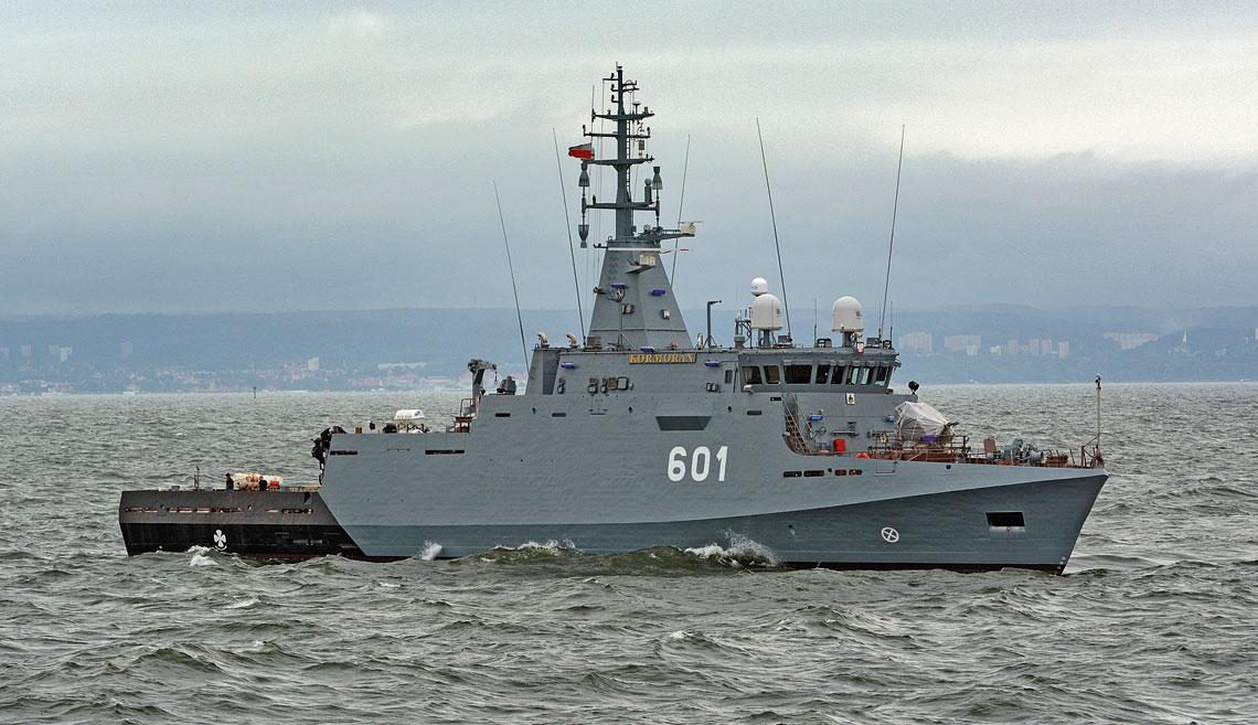 ORP Kormoran w trakcie drugiego, sztormowego wyjścia w morze, 14 lipca br.