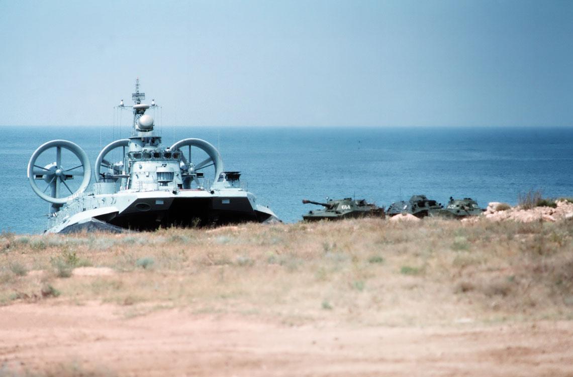 Siły desantowe Floty Czarnomorskiej używały największej liczby typów poduszkowców. Na zdjęciu jednostka projektu 1232.2 Zubr w trakcie wyładunku czołgów pływających PT-76 i transporterów BTR-70. Fot. US Navy