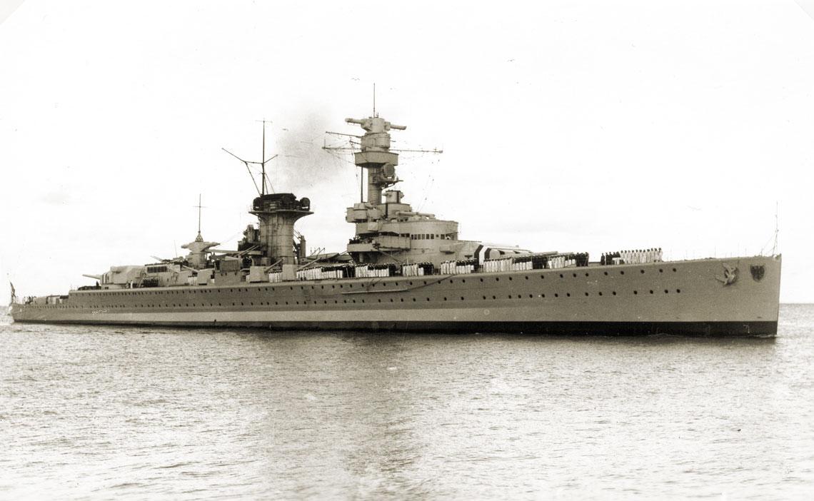 16 czerwca 1937 r., wchodzący do Wilhelmshaven Panzerschiff Deutschland. Tylko opuszczona do połowy flagsztoka rufowego bandera i nietypowe zachowanie członków załogi sygnalizowały to, co ponad 2 tygodnie wcześniej spotkało okręt pod Ibizą. Fot. zbiory Andrzeja Danilewicza