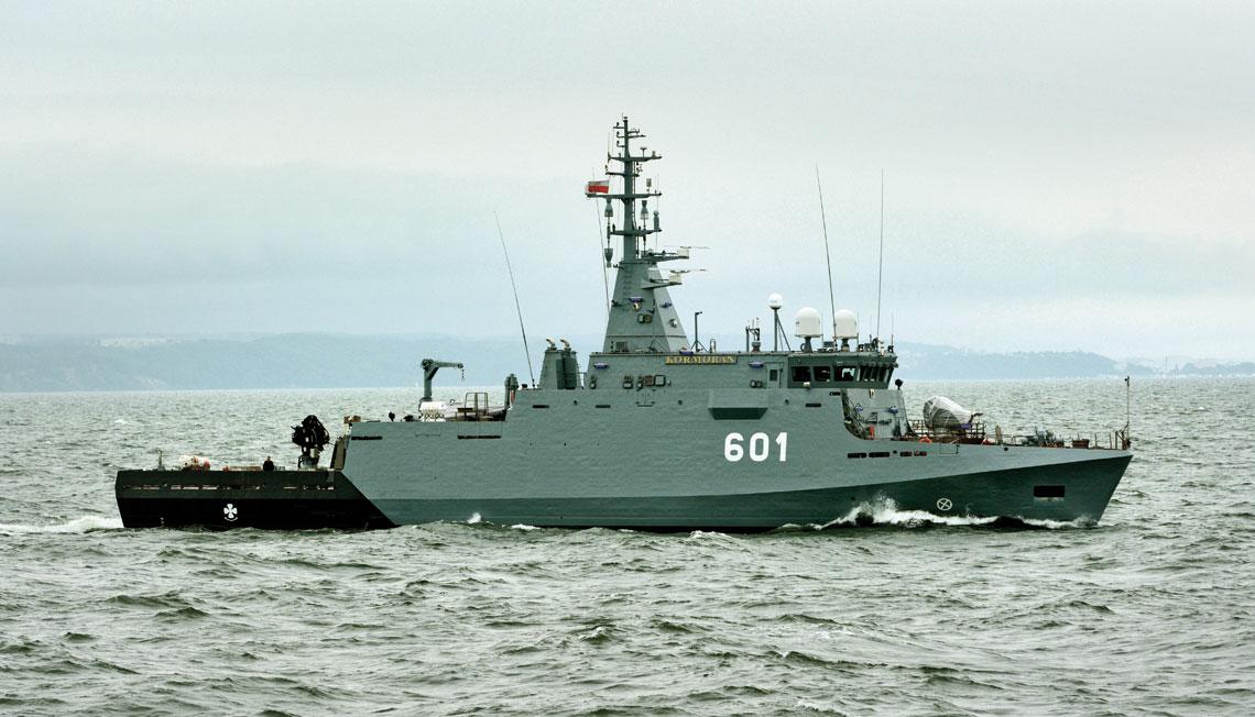 ORP Kormoran w trakcie drugiego, sztormowego wyjścia w morze, 14 lipca. Ostatni nowo zbudowany dla Marynarki Wojennej okręt – zresztą także przeciwminowy – rozpoczął służbę... 22 lata temu. Był to ORP Wdzydze. Fot. Tomasz Grotnik