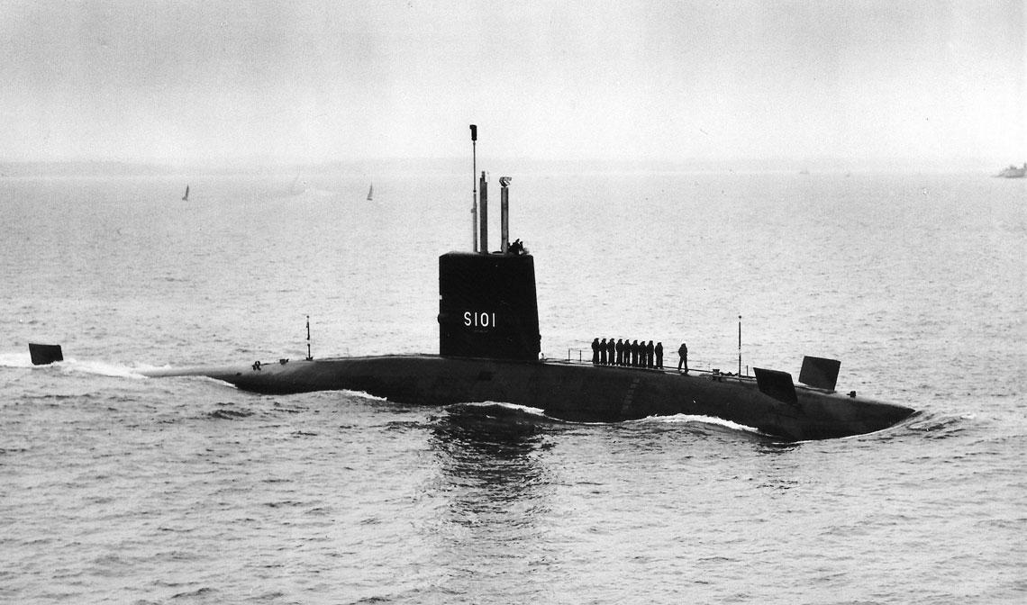 Dreadnought, pierwszy atomowy okręt podwodny Royal Navy. Uwagę zwraca sposób składania dziobowych sterów głębokości. Fot. zbiory Autora