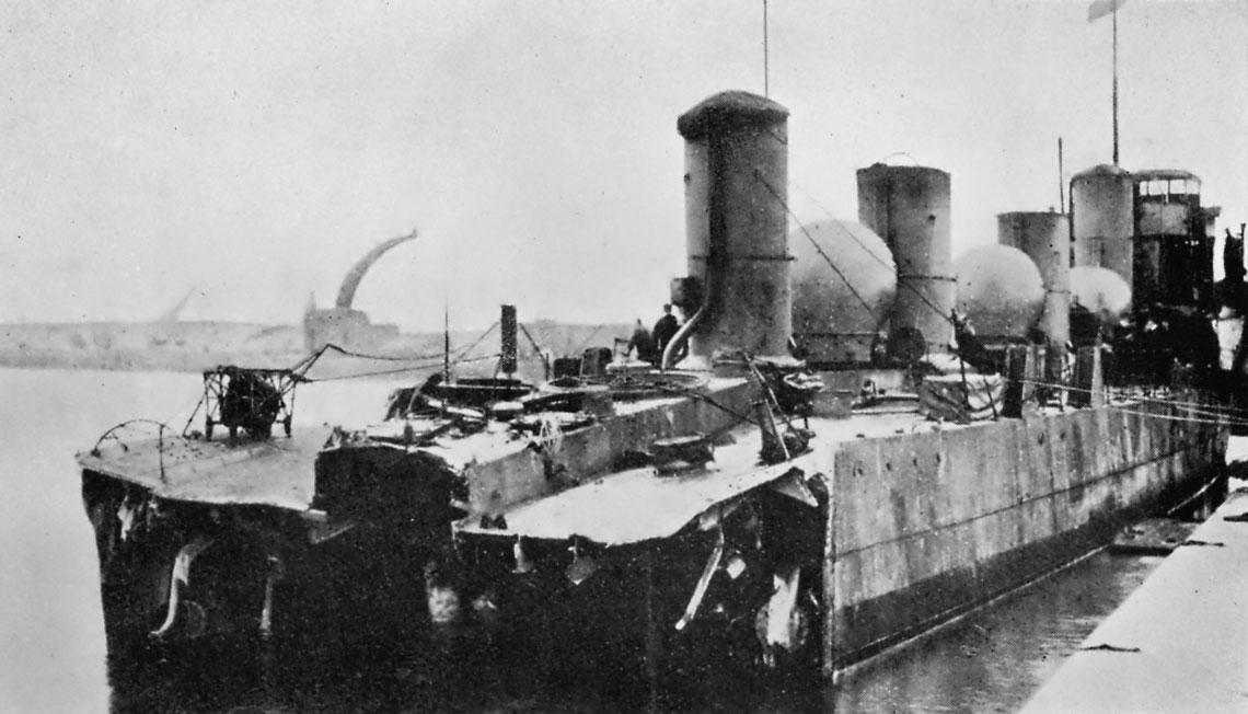 """Listopad 1916 r., Calais. Pozbawiony przez minę rufy brytyjski niszczyciel Zulu, większy """"kawałek"""" przyszłego Zubiana, czeka na odholowanie do stoczni w Chatham."""