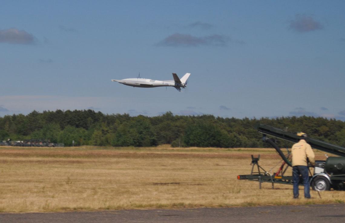 Dzięki zastosowaniu tego typu wyrzutni, a także możliwości lądowania na spadochronie, system nie wymaga pasa startowego, ani nawet przygodnego pasa trawiastego. Fot. PGZ SA