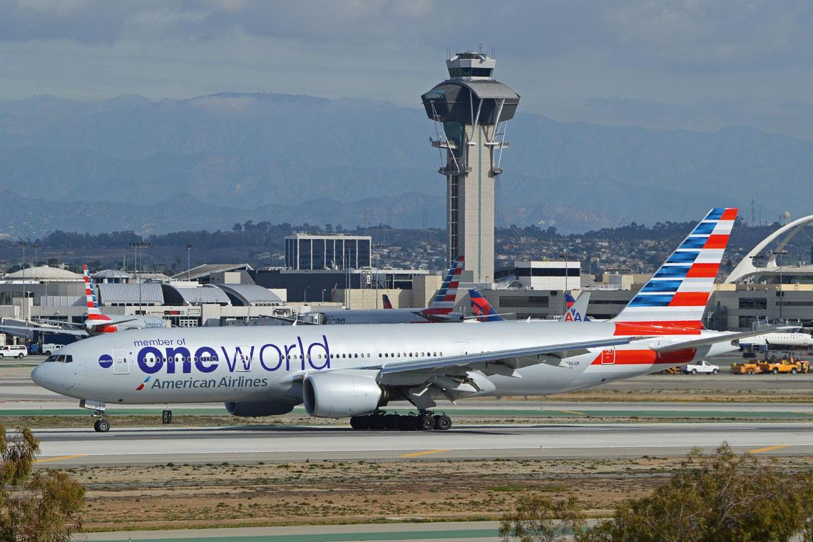 Linie American Airlines z dziesięciu baz operacyjnych obsługują 350 destynacji do 50 krajów, na których przewiozły 201,1 mln pasażerów. Na zdjęciu samolot Boeing 777-300ER w barwach sojuszu Oneworld. Fot. Alan Wilson