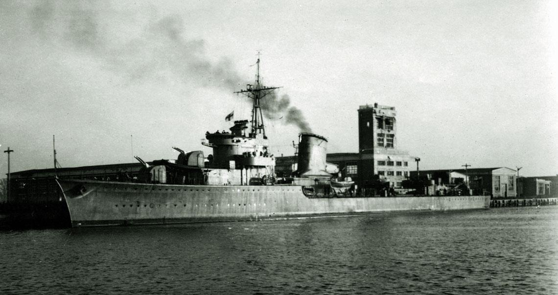 Czy pierwszym powojennym niszczycielem naszej floty na wyzwolonym wybrzeżu była ORP Błyskawica (na zdjęciu z 1947r.)? Są tacy, którzy twierdzą że nie. Niestety, w polskich dokumentach brak na to jednoznacznych dowodów. Fot. zbiory Muzeum MW