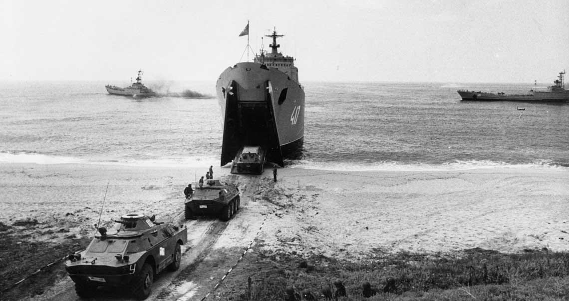 Wóz rozpoznawczy BRDM-2 i transportery BTR-60PB opuszczają ładownię dużego okrętu desantowego projektu 1171 Tapir. Fot. archiwum redakcji