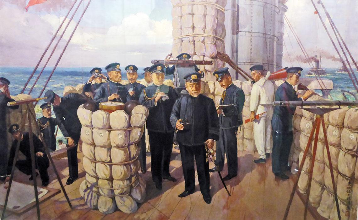 """Słynny obraz Tōjō Shōtarō zatytułowany """"Na mostku Mikasy"""". W centrum adm. Togo, po lewej za kolumną kompasu osłoniętą hamakami (zwinięte pełniły funkcję ochrony przeciwodłamkowej) dowódca okrętu kmdr Ijichi, obok szef sztabu Połączonej Floty kadm. Kato, po prawej oficer operacyjny kmdr por. Akiyama. Za dalmierzem ppor. Hasegawa."""