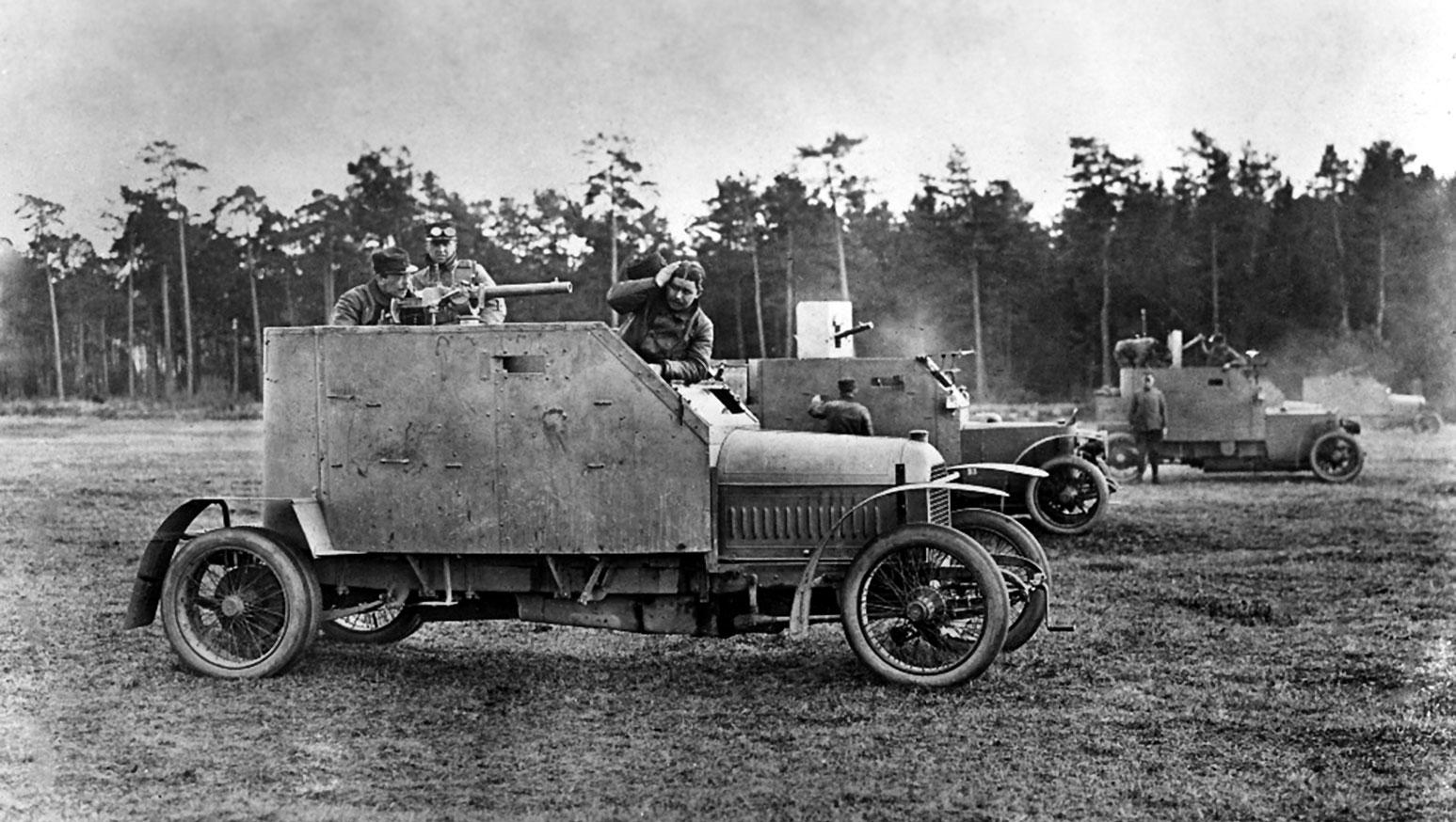 Francja, rok 1914 lub 1915. Ciężarowy Peugeot dostał już pancerną nadbudówkę, ale przedział silnikowy niejest jeszcze opancerzony.