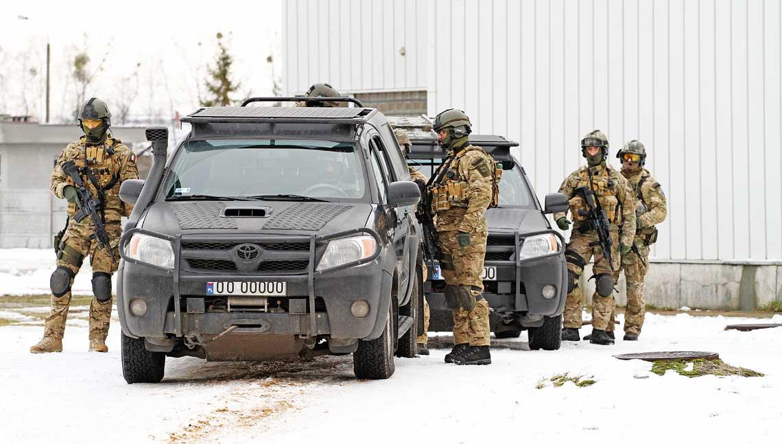 Mustang i Żmija na wyboistej drodze do celu. Komercyjne pick-upy często, m.in. ze względu na ich walory użytkowe, eksploatowane są przez jednostki specjalne, w tym i Wojska Polskiego.