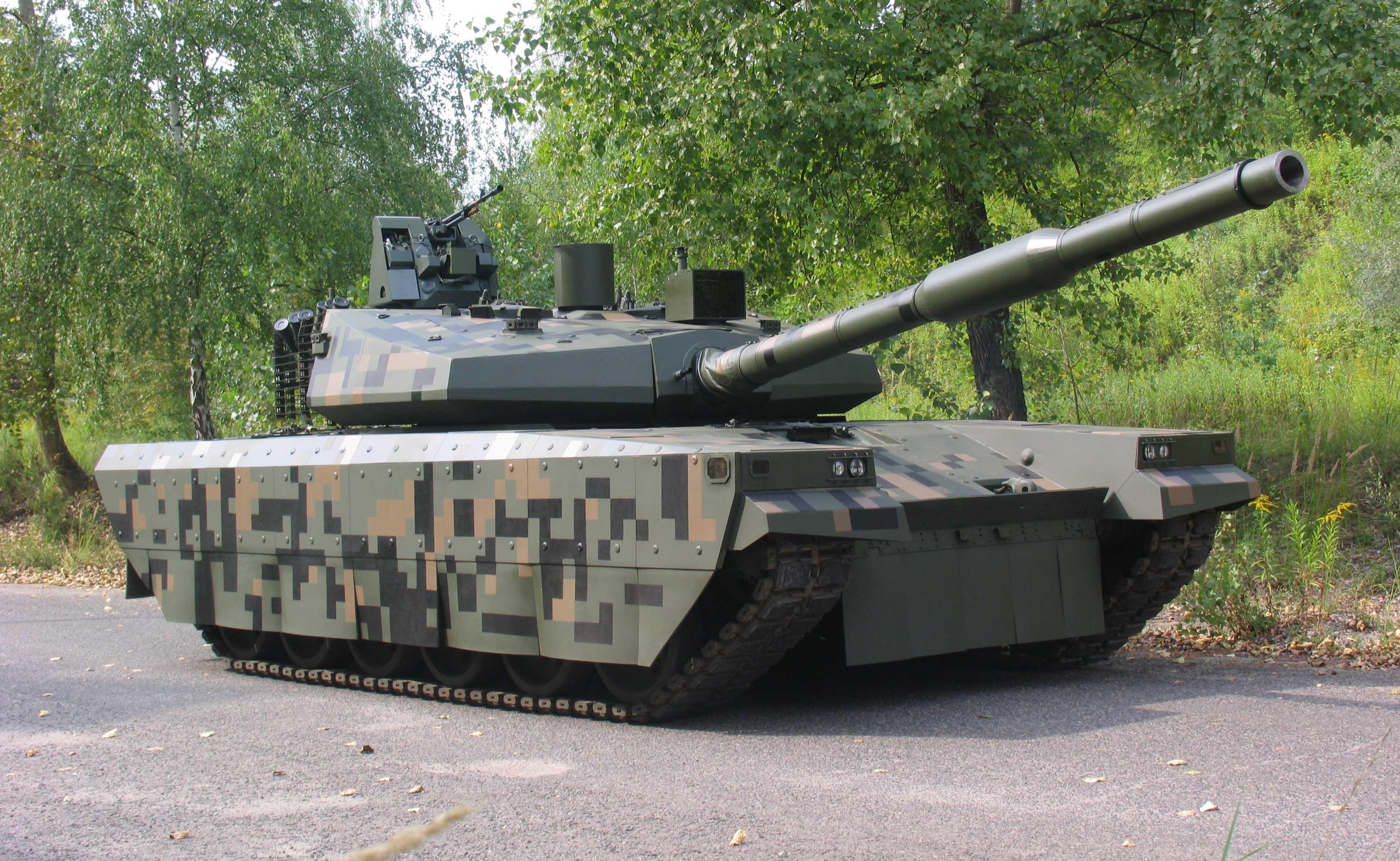 PT-16 – kolejne ogniwo w ewolucji Twardego. Domostrator PT-16 w całej okazałości. Nowa wieża i osłony układu jezdnego sprawiają, że czołg ma sylwetkę, którą trudno skojarzyć z wozami T-72/PT-91.